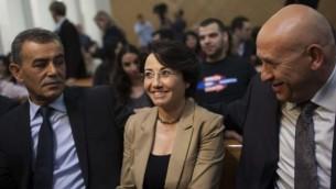 عضو الكنيست حنين زعبي (ج) وعضو البرلمان جمال زحالقة (L)، اثنين من ثلاثة أعضاء الكنيست البلد الذين سافروا  إلى قطر هذا الأسبوع، يجلسون في قاعة محكمة العدل العليا 2012 اثناء استئناف زعبي ضد عدم تأهيلها للانتخابات المقبلة بسبب مشاركتها في  أسطول (مايو 2010) مافي مرمرة. Yonatan Sindel/Flash90