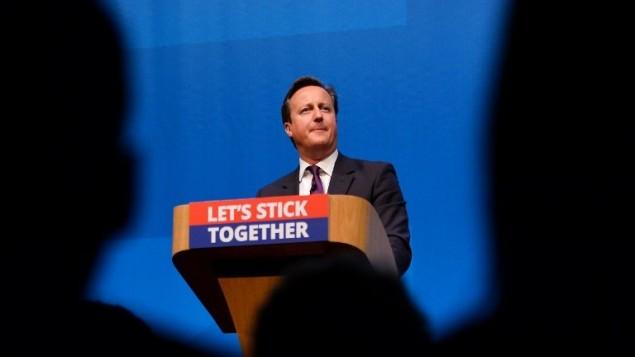 رئيس الوزراء البريطاني ديفيد كاميرون بعد إلقاء خطاب أمام مؤتمر صحفي في أبردين، اسكتلندا،  15 سبتمبر عام 2014، قبل الاستفتاء على استقلال اسكتلندا.  AFP PHOTO / BEN STANSALL