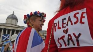 أنصار الاتحاد، معارضو استقلال اسكتلندا عن المملكة المتحدة  خلال تجمع حاشد في لندن 15 سبتمبر عام 2014، قبل الاستفتاءحول الاستقلال الاسكتلندي. AFP PHOTO/CYRIL VILLEMAIN