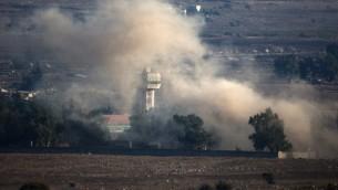 الدخان يتصاعد من قرية القنيطرة السورية بعد انفجار أثناء القتال بين القوات الموالية للرئيس السوري بشار الأسد والمتمردين، بالقرب من معبر القنيطرة 31 أغسطس 2014. (AFP/MENAHEM KAHANA)
