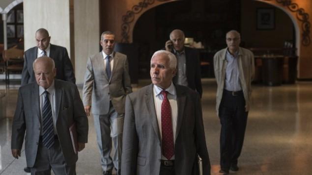 عزام الاحمد  في فندق في القاهرة بعد محادثات المصالحة 24 سبتمبر  2014 في العاصمة المصرية   AFP/Khaled Desouki