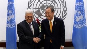 الأمين العام للأمم المتحدة بان كي مون (R) يحيي رئيس السلطة الفلسطينية محمود عباس لاجتماع ثنائي على هامش الدورة 69 للجمعية العامة للأمم المتحدة في الأمم المتحدة في نيويورك  25 سبتمبر 2014.  AFP PHOTO/Jewel Samad