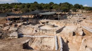 ما يعتقد علماء الآثار انها آثار الدير البيزنطي التي وجدت بالقرب من بيت شيمش  Assaf Peretz, courtesy of the Israel Antiquities Authority