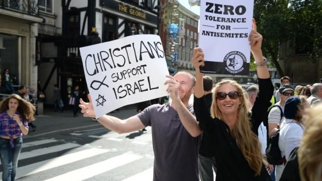 """متظاهرون في لندن يحملون لافتات تقول """"صفر تسامح مع اللاسامية ' 31 أغسطس 2014  courtesy Adam Arnold"""
