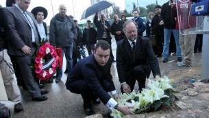 السفير البريطاني  لإسرائيل ماثيو جولد والقنصل العام السير فنسنت فين  يضعا اكليلا من الزهور في موقع هجوم ارهابي في القدس حيث قتل مواطن بريطاني، مارس 2011  Yossi Zamir/Flash90