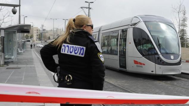 شرطية تقف بجانب مكان حادثة الطعن عند مجطة القطار الخفيف   15 مارس Uri Lenz/Flash90