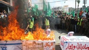 نشطاء حماس يحرقون معالم اسراءيلية خلال احياء الذكرى ال 13 للانتفاضة الثانية   27 سبتمبر 2013 (عبد الرحيم خطيب/ فلاش 90)