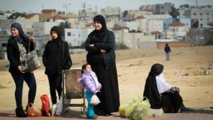 نساء بدويات من رهط ينتظرن الحافلة 12 سبتمبر 2014  Hadas Parush/Flash 90