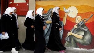 فتيات فلسطينيات في خانيونس 17 ابريل 2014 غزة  Abed Rahim Khatib/Flash90
