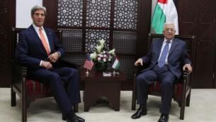 جون كيري (يسار) يتحدث مع رئيس السلطة الفلسطينية محمود عباس (يمين)، يوم الأربعاء، 23 تموز، 2014 Issam Rimawi/Flash90