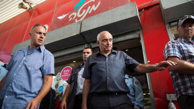 أهارونوفيتش بجولة يوم الثلاثاء 9 سبتمبر 2014 في محطة وقود التلة الفرنسية التي تعرضت للنهب  قبل يومين. Yonatan Sindel/Flash90