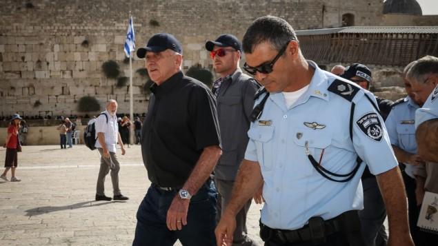 وزير الأمن الداخلي يتسحاق أهارونوفيتش و قائد الشرطة يوسي بارينتي في زيارة حائط المبكى، ، قبل السنة اليهودية الجديدة، 24 سبتمبر 2014    (فلاش 90)