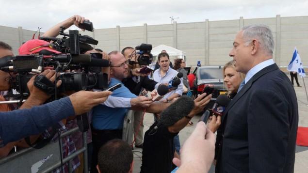 رئيس الوزراء بنيامين نتنياهو وزوجته سارة نتنياهو،  مع وسائل الاعلام الاسرائيلية في مطار بن غوريون في تل أبيب، قبل أن يغادر للولايات المتحدة يوم الأحد 28 سبتمبر 2014  Avi Ohayon/GPO/Flash90