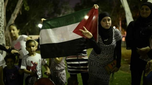 عرب اسرائيليون يتظاهرون ضد العدوان على غزة في مدينة يافا يوليو 2014 (فلاش90)