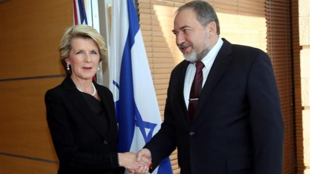 جولي بيشوب، اليسار، مع وزير الخارجية أفيغدور ليبرمان في القدس، 13 يناير 2014   Yossi Zamir