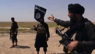 مقاتلو الدولة الاسلامية داعش عند الحدود بين سوريا والعراق (من شاشة اليوتوب)