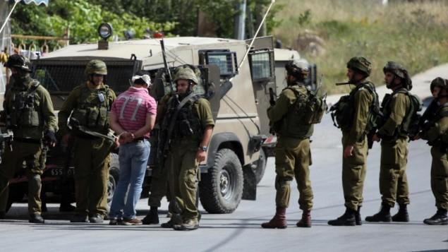صورة توضيحية، الجيش الاسرائيلي يعتقل فلسطيني في رام الله 2011 (بعدسة عصام ريماوي/ فلاش 90)