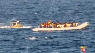 صورة صادرة عن القوات البحرية الإيطالية  14 سبتمبر 2014 مهاجرون في قارب أثناء عملية الإنقاذ امام سواحل صقلية. (AFP/MARINA MILITARE)