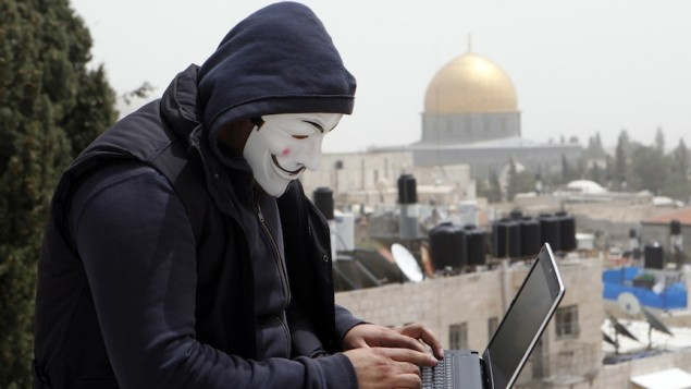 صورة توضيحية، هاكر في القدس مع قبة الصخرة خلفه (Sliman Khader/FLASH90)