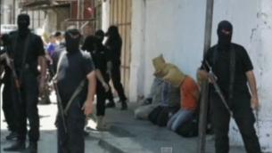 مسلحو حماس في غزة مع المشتبه بهم بالتعاون (  YouTube/euronews)