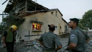 ضرر بعد هجوم صاروخي كاتيوشا اطلقهما حزب الله من جنوب لبنان على بلدة نهاريا شمال اسرائيل، 15 يوليو، 2006   Pierre Terdjman / Flash90