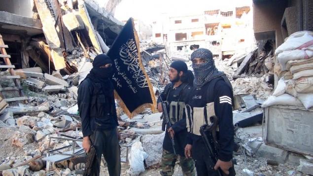 جبهة  النصرة، بين المباني المدمرة في مخيم اليرموك للاجئين الفلسطينيين جنوبي دمشق في 22 سبتمبر 2014. AFP PHOTO / RAMI AL-SAYED