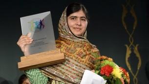 الحائزة على جائزة نوبل للسلام ملالا يوسف زي تتلقى جائزة اطفال العالم 2014 غرب ستوكهولم  29 أكتوبر 2014  AFP PHOTO / JONATHAN NACKSTRAND