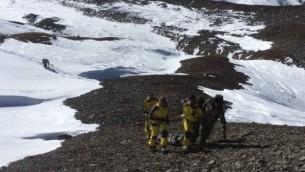 الجيش النيبالي اصدر هذه الصورة  في 15 أكتوبر عام 2014، مجموعة من الجنود  تنقذ الناجين من عاصفة ثلجية في منطقة مانانج، على طول مسار  أنابورنا  AFP PHOTO/NEPAL ARMY