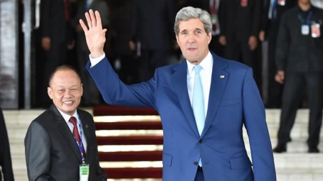 وزير الخارجية الامريكية جون كيري  يحضر مراسيم تعيين الرئيس الإندونيسي جوكو ويدودو في مجلس النواب في جاكرتا 20 أكتوبر، 2014 AFP/Bay Ismoyo