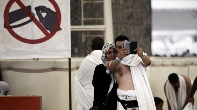 حجاج يلتقطون صورة سلفي عند جبل عرفات قرب مكة المكرمة  4 اوكتوبر 2014 AFP/Mohammed al-Shaikh