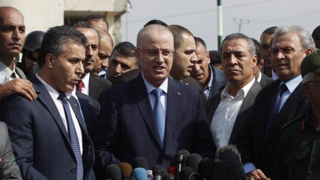 رئيس الوزراء الفلسطيني رامي حمد الله  يلقي خطابا خلال جولة لبعض المناطق الأكثر تضررا من حرب ال 50 يوما بين اسرائيل وقطاع غزة في شهري يوليو وأغسطس، 9 أكتوبر 2014    Said Khatib/AFP
