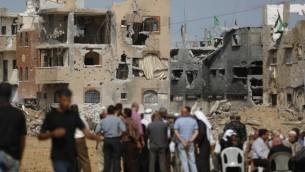 فلسطينيون في انتظار وصول رئيس الوزراء رامي حمد الله  خلال جولة لبعض المناطق الأكثر تضررا من حرب ال 50 يوما بين اسرائيل وقطاع غزة في شهري يوليو وأغسطس، حي الشجاعية مدينة غزة،  9 أكتوبر، 2014  Mohammed Abed/AFP