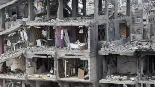 مبنى مدمر في حي التفاح، شرق مدينة غزة  11 أكتوبر  2014، قبل انعقاد مؤتمر المانحين في القاهرة الذي يهدف الى جمع جهود لإعادة إعمار قطاع غزة المدمر AFP PHOTO / MAHMUD HAMS