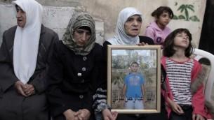 والدة عبد الرحمن شلودي، الذي قتل طفل وجرح ثمانية آخرين في القدس بعد أن وجه سيارته الـى المشاة بالقرب من محطة السكك الحديدية الخفيفة،  23 تشرين الأول ( أحمد الغرابلي / أ ف ب)