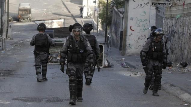 قوات الأمن الإسرائيلية  أثناء الاشتباكات مع الشباب الفلسطيني في القدس الشرقية  30 تشرين الأول،  2014.  بعد ان قتلت الشرطة بالرصاص معتز حجازي فلسطينيا المتهم بمحاولة قتل متشدد يهودي  AFP