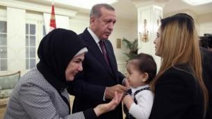 الرئيس التركي رجب طيب أردوغان وزوجته ايمين  يصافحا بعض الرهائن الذين اطلق سراحهم في القنصلية التركية في القصر الرئاسي في أنقرة 21 سبتمبر 2014  AFP/Turkish Presidential Press Office/Kayhan Ozer