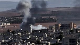 يرتفع الدخان من عين العرب، والمعروفة باسم كوباني 9 اكتوبر تشرين الاول  2014.  سيطر مقاتلو الدولة الإسلامية على ثلث من بلدة الحدود السورية التركية كوباني الخميس، AFP PHOTO / ARIS MESSINIS