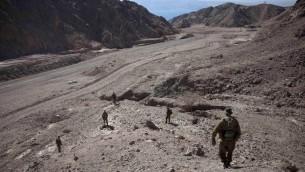 19 أغسطس 2011، قوات الجيش الإسرائيلي تجوب المنطقة على الحدود بين إسرائيل ومصربعد هجوم  جهاديين في شبه جزيرة سيناء المصرية  AFP PHOTO/ MENAHEM KAHANA
