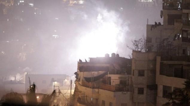 26 أكتوبر 2014  دخان يعلو من الاحياء خلال اشتباكات بين محتجين فلسطينيين والشرطة الاسرائيلية في حي القدس الشرقية سلوان. وقد اعتقلت السلطات 5 فلسطينيين على الاقل خلال اشتباكات جديدة اندلعت ليلا  في القدس الشرقية AFP PHOTO / AHMAD GHARABLI