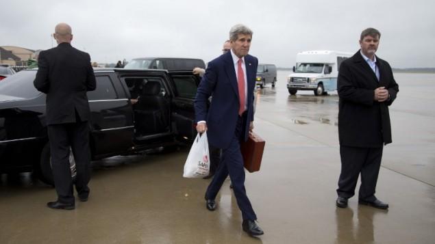 وزير الخارجية الامريكية جون كيري يتجه نحو طائرته في مطار ولاية ماريلاند 11 أكتوبر عام 2014، في طريقه  إلى القاهرة. AFP/POOL/Carolyn Kaster