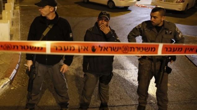 """عناصر الشرطة امام مركز التراث مناحم بيغين يهودا غليك حيث تم إطلاق النار على ناشط """"جبل الهيكل""""    29 أكتوبر 2014 في القدسAFP PHOTO / GALI TIBBON"""