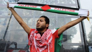 متظاهر مؤييد لفلسطين يعمل شال بالوان العلم الفلسطيني 26 يوليو 2014  Glenn Cloarec/The Times of Israel