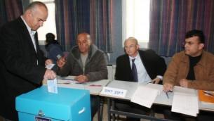 عربي اسرائيلي يدلي بصوته في ام الفحم 10 فبراير 2009  Herzl Shapira / FLASH90