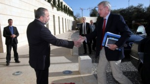 وزير الخارجية السويدي كارل بيلدت، مع نظيره الإسرائيلي أفيغدور ليبرمان في القدس  2012  Yossi Zamir/Flash90