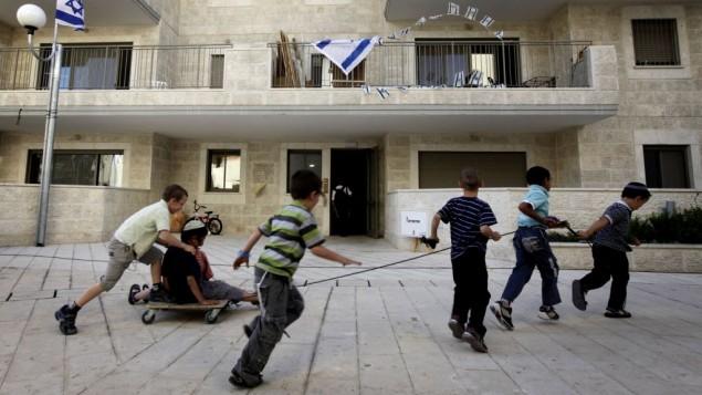 اطفال يهود يلعبون في الحي اليهودي معاليه هازيتيم، داخل المنطقة العربية  راس العامود في القدس الشرقية، 25 مايو، 2011 Miriam Alster/Flash90
