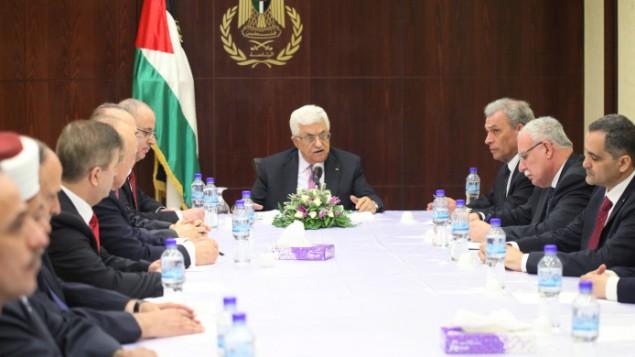 رئيس السلطة الفلسطينية محمود عباس يجتمع مع حكومة الوحدة الوطنية الجديدة في مدينة رام الله بالضفة الغربية، 2 يونيو 2014  (Issam Rimawi/Flash90)