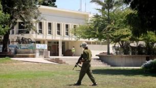 جندي إسرائيلي في كيبوتس ناحال عوز الخالي من السكان، جنوب إسرائيل، 10  أغسطس 2014  Edi Israel/Flash90