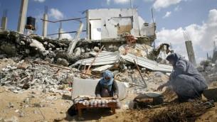 نساء فلسطينيات يخبزن وسط الدمار في خانيونس غزة، 21 سبتمبر 2014   (عبد الرحيم خطيب/ فلاش 90)