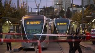 موقع الحادث حيث تحطمت سيارة داخل محطة السكك الحديدية للقطار  الخفيف في  القدس 22 أكتوبر، 2014  Yonatan Sindel/Flash90