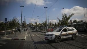 شرطة الامن في محطة القطار  الخفيف في القدس، حيث قتل طفل وجرح العديد  الليلة الماضية في هجوم ارهابي، الخميس 23 أكتوبر، 2014 Hadas Parush/Flash90
